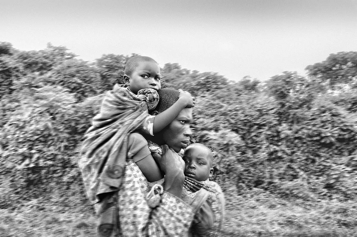 DEMOCRATIC REPUBLIC OF CONGO, NOVEMBER 2008: A group of refugees fleeing the fighting.